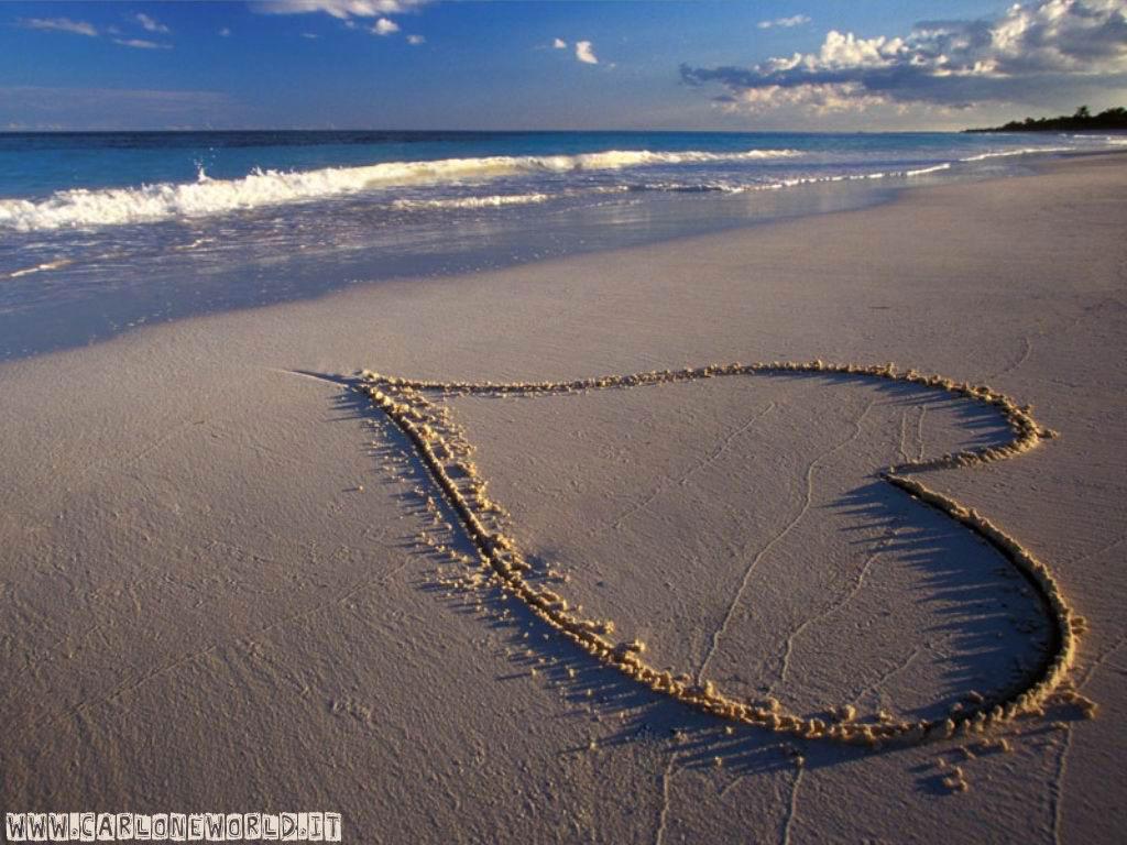 Spiaggia con cuore su sabbia